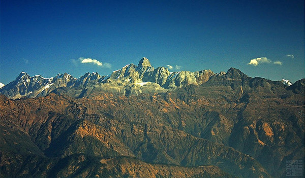 Beautiful snowcaps are slowly converting into monstrous looking black mountains. Image: flickr/Dhilung Kirat